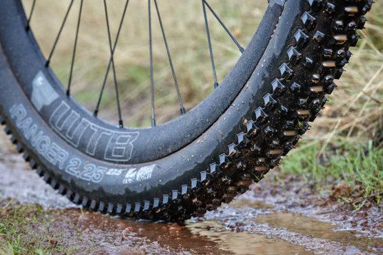 De Fast Rolling heeft op het loopvlak iets harder rubber, terwijl de High Grip een softere compound heeft voor maximale grip met sturen
